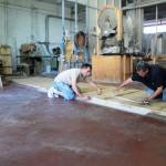 lavorazione tavolo plexiglass e legno.